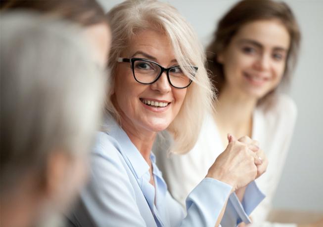 Frau Lächelt Kunden An